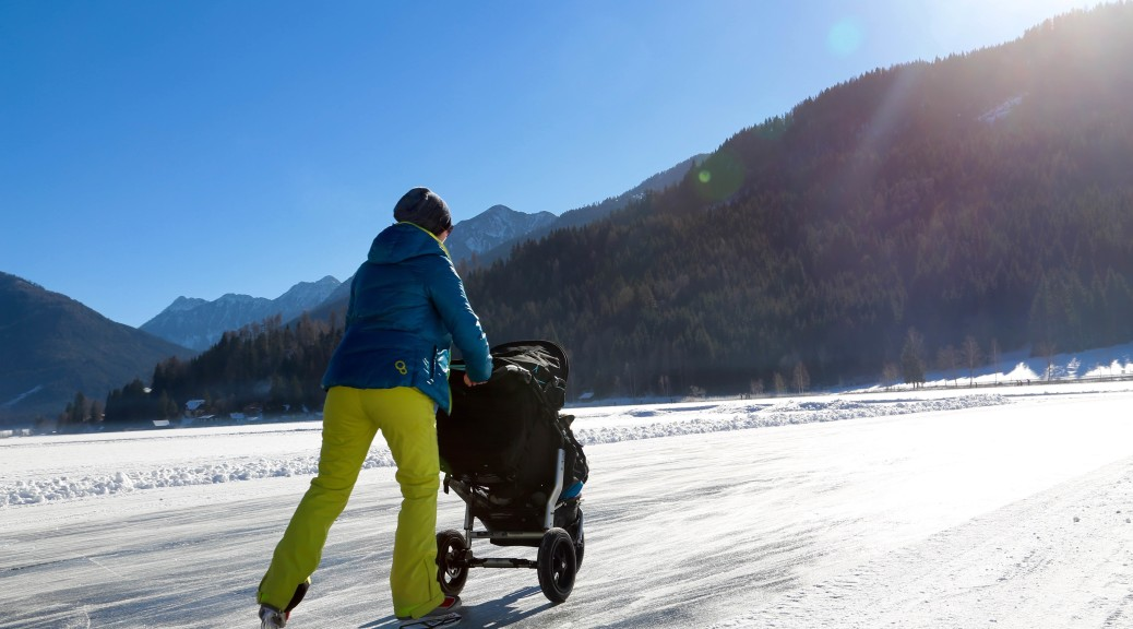 weissensee-eislaufen-winter-kind-kinderwagen-2